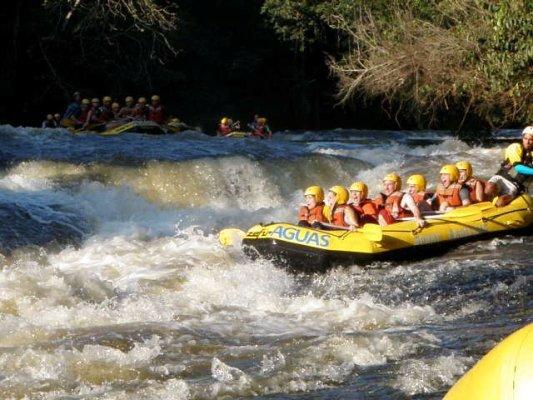 um dia de sol e muita aventura praticando rafting em brotas