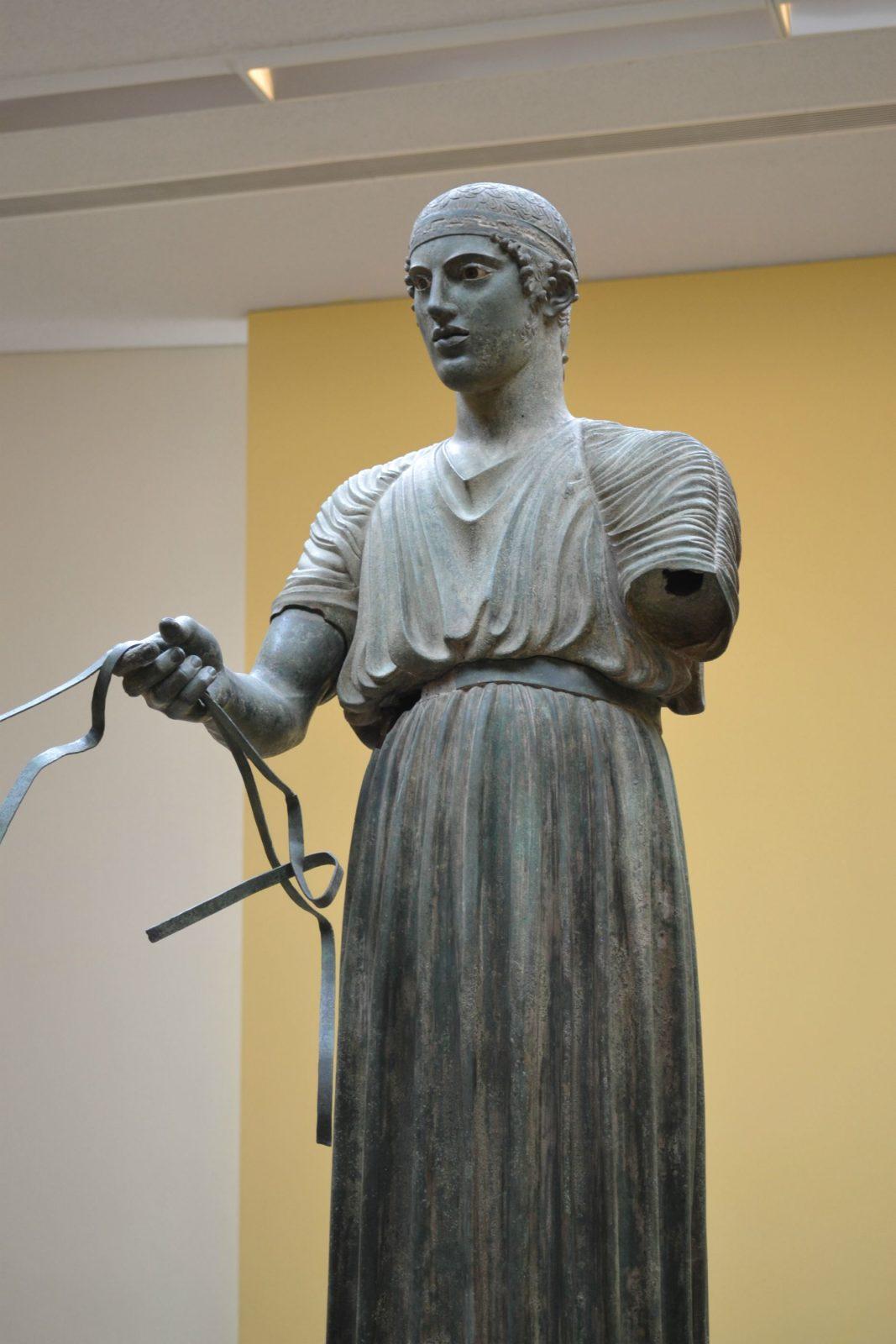 escultura de bronze o auriga no museu de delfos na grecia
