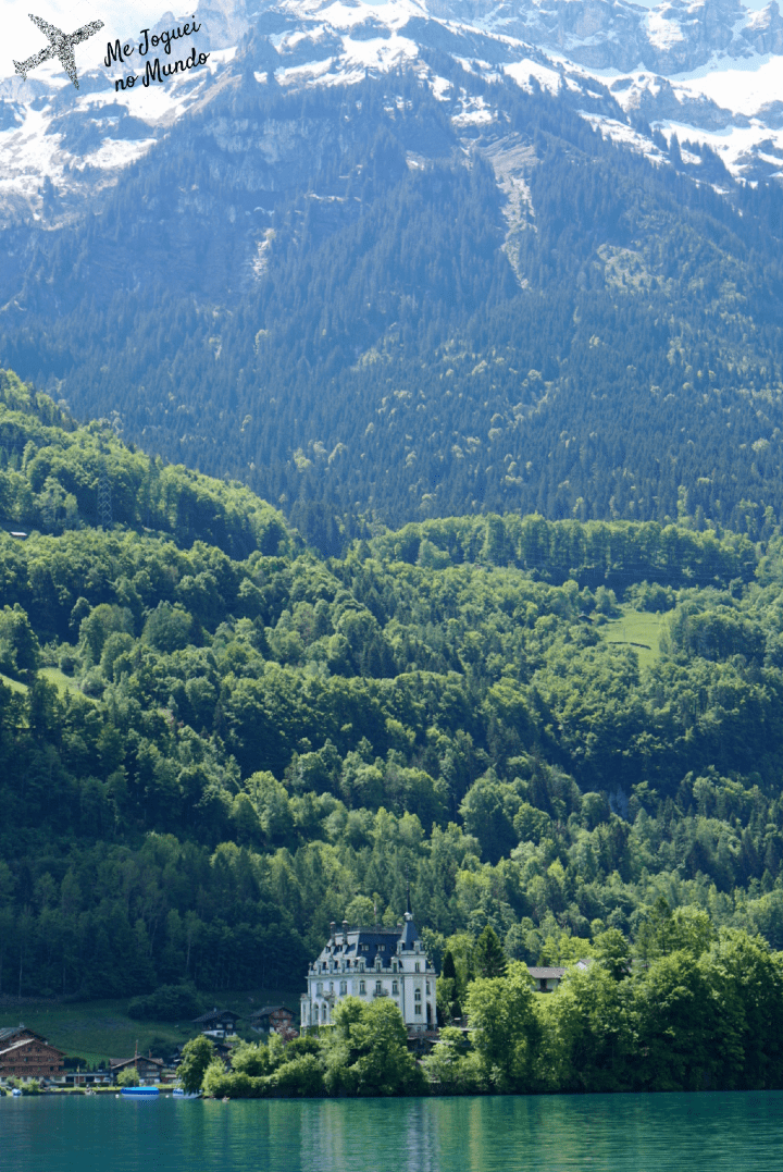 Vila de Iseltwald vista durante o passeio de barco pelo Lago de Brienz