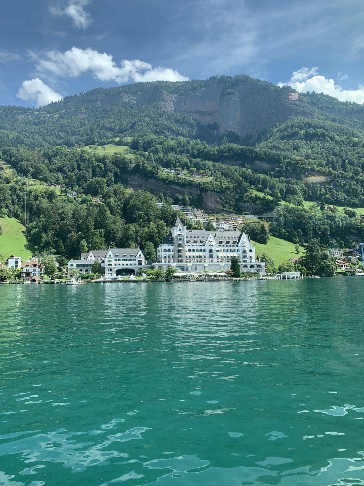 paisagem durante passeio de barco Gotthard Panorama eXPRESS