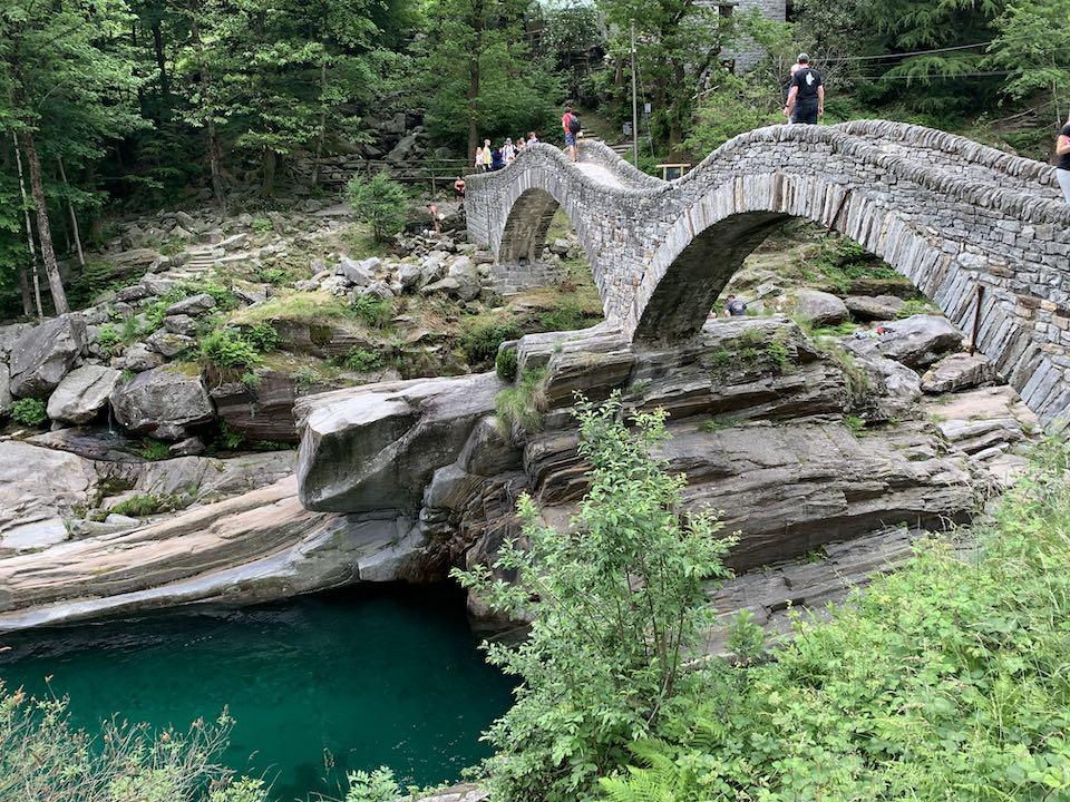 Ponte dei alti em Lavertezzo no Vale Verzasca