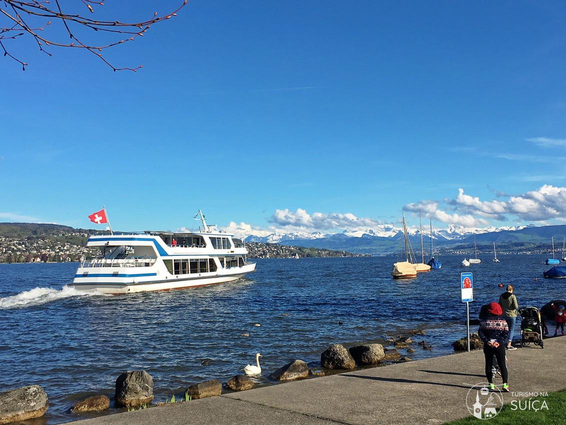 passeio de barco em zurique no verão
